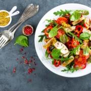 Low Carb Frühstück: Salatteller mit gegrillter Hühnerbrust