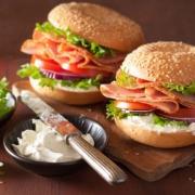 Schinkensandwich auf Bagel